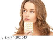 Купить «Привлекательная девушка в длинными русыми волосами и таблетками в блистере», фото № 4282543, снято 10 октября 2010 г. (c) Syda Productions / Фотобанк Лори