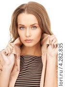 Купить «Привлекательная девушка в длинными волнистыми русыми волосами в бежевом плаще на белом фоне», фото № 4282835, снято 10 октября 2010 г. (c) Syda Productions / Фотобанк Лори