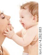 Купить «Счастливая молодая мама с очаровательным ребенком на руках», фото № 4282883, снято 13 марта 2008 г. (c) Syda Productions / Фотобанк Лори