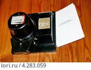 Купить «Однофазный счётчик электроэнергии на деревянной стене», фото № 4283059, снято 6 июля 2011 г. (c) Павел Кричевцов / Фотобанк Лори