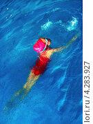 Маленькая девочка плывет в бассейне. Стоковое фото, фотограф Алексей Егоров / Фотобанк Лори