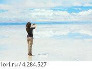 Девушка делает фото на мобильный телефон (2013 год). Стоковое фото, фотограф Dmitry Burlakov / Фотобанк Лори
