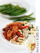 Купить «Цыпленок с базиликом и макароны», фото № 4285371, снято 19 октября 2019 г. (c) Food And Drink Photos / Фотобанк Лори