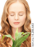 Купить «Очаровательная девушка с нежным лицом и зеленым растением», фото № 4286643, снято 27 ноября 2010 г. (c) Syda Productions / Фотобанк Лори