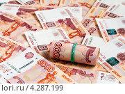 Купить «Деньги, свёрнутые трубочкой, лежат на пятитысячных купюрах», эксклюзивное фото № 4287199, снято 14 февраля 2013 г. (c) Игорь Низов / Фотобанк Лори