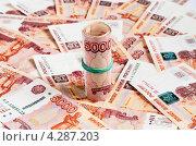 Купить «Деньги свёрнутые трубочкой лежат на фоне из денег», эксклюзивное фото № 4287203, снято 14 февраля 2013 г. (c) Игорь Низов / Фотобанк Лори