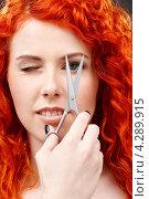 Купить «Молодая женщина с яркими рыжими волосами и с ножницами в руке», фото № 4289915, снято 3 мая 2008 г. (c) Syda Productions / Фотобанк Лори