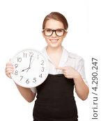 Купить «Элегантная молодая женщина с круглыми настенными часами в руках», фото № 4290247, снято 30 мая 2010 г. (c) Syda Productions / Фотобанк Лори
