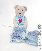 Купить «Игрушки. Мишка вяжет на спицах», эксклюзивное фото № 4292155, снято 25 ноября 2012 г. (c) Dmitry29 / Фотобанк Лори