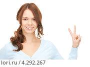 Купить «Юная девушка показывает знак виктории на белом фоне», фото № 4292267, снято 11 сентября 2010 г. (c) Syda Productions / Фотобанк Лори