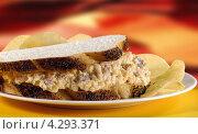 Купить «Бутерброд с беконом и яйцом», фото № 4293371, снято 19 октября 2019 г. (c) Food And Drink Photos / Фотобанк Лори