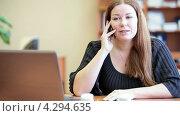 Купить «Важный деловой телефонный разговор по мобильному телефону», видеоролик № 4294635, снято 16 февраля 2013 г. (c) Кекяляйнен Андрей / Фотобанк Лори