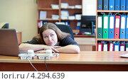 Секретарша скучает на работе, положив голову на сложенные руки на столе. Стоковое видео, видеограф Кекяляйнен Андрей / Фотобанк Лори