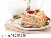Торт с вишней и орехами. Стоковое фото, фотограф Максим Савин / Фотобанк Лори