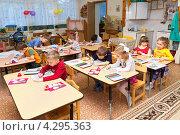 Купить «Дети раскрашивают рисунки в детском саду», эксклюзивное фото № 4295363, снято 3 марта 2010 г. (c) Сергей Лаврентьев / Фотобанк Лори