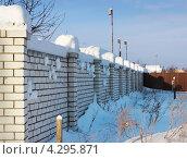 Купить «Кирпичный забор после снегопада», фото № 4295871, снято 26 января 2013 г. (c) Александр Романов / Фотобанк Лори