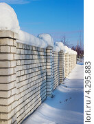 Купить «Забор из кирпича после снегопада», фото № 4295883, снято 26 января 2013 г. (c) Александр Романов / Фотобанк Лори