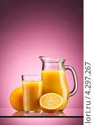Купить «Стеклянный стакан и кувшин с апельсиновым соком на розовом фоне», фото № 4297267, снято 13 февраля 2013 г. (c) Кравецкий Геннадий / Фотобанк Лори
