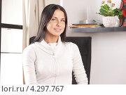 Купить «Красивая молодая брюнетка в домашнем интерьере», фото № 4297767, снято 27 июня 2019 г. (c) Syda Productions / Фотобанк Лори