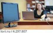 Купить «Трудящийся офисный работник на фоне монитора на столе», видеоролик № 4297807, снято 17 февраля 2013 г. (c) Кекяляйнен Андрей / Фотобанк Лори