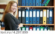 Купить «Радостная сотрудница офиса стоит рядом со шкафом с документами», видеоролик № 4297899, снято 17 февраля 2013 г. (c) Кекяляйнен Андрей / Фотобанк Лори