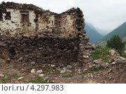 Старый брошенный разрушающийся дом в далеком горном селе на Кавказе. Стоковое фото, фотограф Николай Овечко / Фотобанк Лори