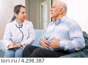 Купить «Пожилой мужчина рассказывает терапевту о боли в животе. Вызов врача на дом», фото № 4298387, снято 16 декабря 2012 г. (c) Яков Филимонов / Фотобанк Лори