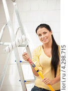 Купить «Привлекательная девушка с валиком в руках во время ремонта», фото № 4298715, снято 27 мая 2019 г. (c) Syda Productions / Фотобанк Лори