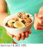Купить «Тарелка с мюсли в женских руках», фото № 4301195, снято 17 июля 2018 г. (c) Food And Drink Photos / Фотобанк Лори