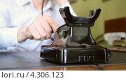 Купить «Письменный стол. Старый телефон.», видеоролик № 4306123, снято 19 февраля 2013 г. (c) Mikhail Erguine / Фотобанк Лори