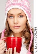 Купить «Замерзшая девушка греется о красную чашку», фото № 4306399, снято 10 октября 2010 г. (c) Syda Productions / Фотобанк Лори