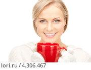 Купить «Замерзшая девушка греется о красную чашку», фото № 4306467, снято 30 октября 2010 г. (c) Syda Productions / Фотобанк Лори