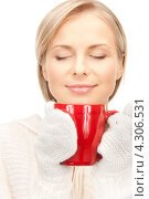 Купить «Замерзшая девушка греется о красную чашку», фото № 4306531, снято 30 октября 2010 г. (c) Syda Productions / Фотобанк Лори