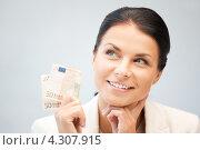Купить «Счастливая молодая женщина с деньгами в руках», фото № 4307915, снято 18 июня 2011 г. (c) Syda Productions / Фотобанк Лори