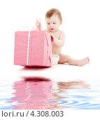 Купить «Маленький мальчик в подгузнике с розовым подарком», фото № 4308003, снято 13 марта 2008 г. (c) Syda Productions / Фотобанк Лори
