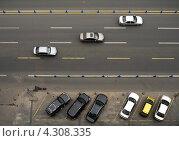 Городская дорога с автомобилями и парковкой. Вид сверху. Стоковое фото, фотограф Сергей Шустов / Фотобанк Лори