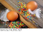 Купить «Яйца,перья и пасхальные украшения», фото № 4310727, снято 20 февраля 2013 г. (c) Марина Сапрунова / Фотобанк Лори