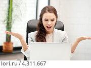 Купить «Красивая счастливая офисная работница на рабочем месте», фото № 4311667, снято 16 июля 2011 г. (c) Syda Productions / Фотобанк Лори