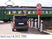 Купить «Ожидание на железнодорожном переезде», фото № 4311795, снято 17 апреля 2011 г. (c) Павел Кричевцов / Фотобанк Лори