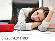 Купить «Красивая счастливая офисная работница на рабочем месте», фото № 4311883, снято 16 июля 2011 г. (c) Syda Productions / Фотобанк Лори