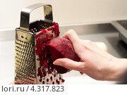 Купить «Женщина натирает на терку свеклу крупным планом», фото № 4317823, снято 8 февраля 2013 г. (c) Morgenstjerne / Фотобанк Лори
