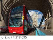 Купить «Красный лондонский автобус проезжает под аркой у Тауэрского моста», фото № 4318095, снято 16 октября 2012 г. (c) Антон Балаж / Фотобанк Лори