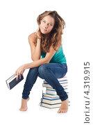 Купить «Студентка сидит на стопке книг», фото № 4319915, снято 22 августа 2012 г. (c) Elnur / Фотобанк Лори