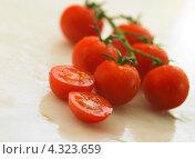 Купить «Маленькие спелые помидоры сорта черри», фото № 4323659, снято 31 марта 2009 г. (c) Food And Drink Photos / Фотобанк Лори