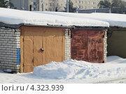 Купить «Удлиненные гаражи со старыми воротами», фото № 4323939, снято 20 февраля 2013 г. (c) Александр Федоренко / Фотобанк Лори