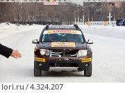 """Чемпион мира Формулы 1 Кими Райкконен (Lotus F1 Team) гоняет на машине Рено Дастер по снежной трассе на """"Гонке звезд"""" за приз журнала """"За рулем"""" (2013 год). Редакционное фото, фотограф Николай Винокуров / Фотобанк Лори"""