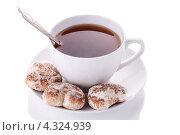 Чашка чая и пряники на белом фоне. Стоковое фото, фотограф Максим Савин / Фотобанк Лори