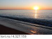 Купить «Рассвет на Черном море. Блик на песке», фото № 4327159, снято 30 августа 2012 г. (c) Петрова Ольга / Фотобанк Лори