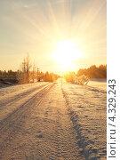 Купить «Солнце над зимней дорогой», фото № 4329243, снято 2 января 2013 г. (c) Mikhail Starodubov / Фотобанк Лори
