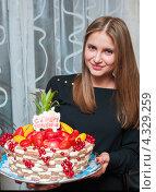 Купить «Симпатичная девушка с большим фруктовым тортом в руках», эксклюзивное фото № 4329259, снято 15 февраля 2013 г. (c) Игорь Низов / Фотобанк Лори